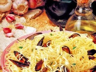 Итальянская кухня Италия - родина пасты, ризотто, сыров, оливкового масла и вин.
